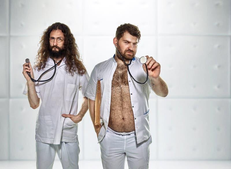 Πορτρέτο δύο γιατρών lazybones στο νοσοκομείο στοκ εικόνες