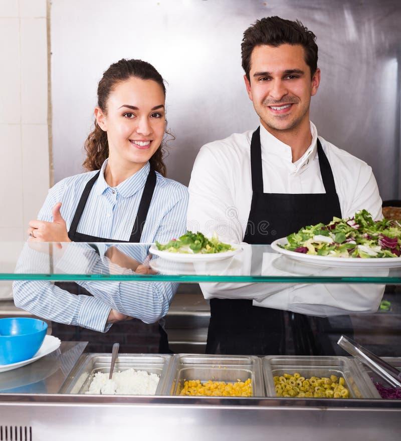 Πορτρέτο δύο ενήλικων εργαζομένων με το kebab στοκ φωτογραφία με δικαίωμα ελεύθερης χρήσης