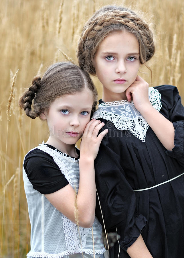 Πορτρέτο δύο φίλων κοριτσιών στοκ εικόνες