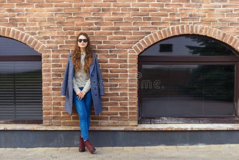 Πορτρέτο ύφους μόδας της νέας όμορφης γυναίκας στοκ εικόνα με δικαίωμα ελεύθερης χρήσης