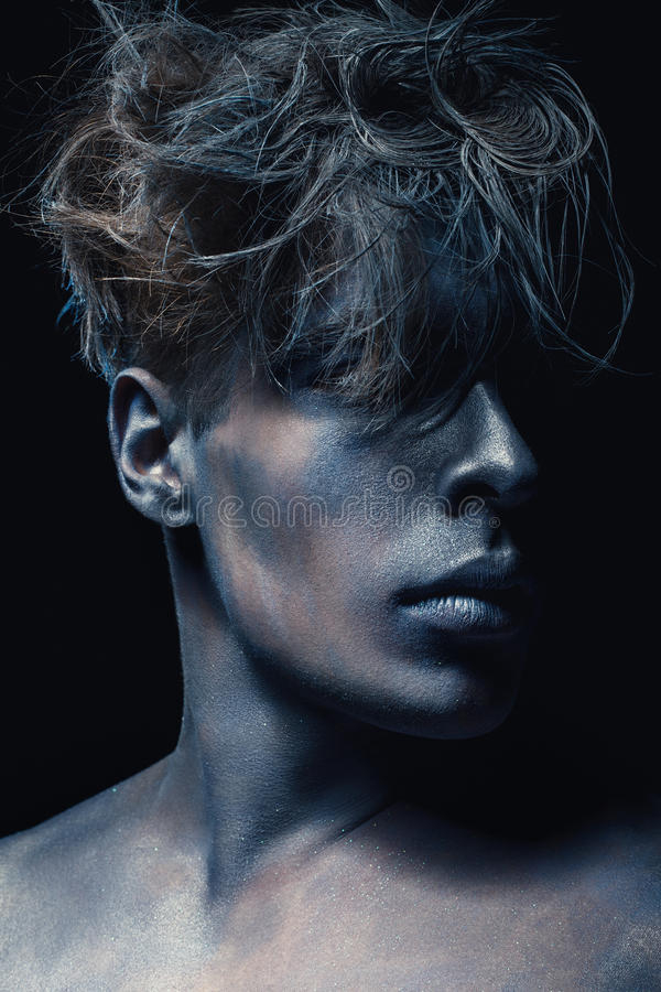 Πορτρέτο ύφους ομορφιάς του ατόμου που απομονώνεται στο σκοτεινό υπόβαθρο Τέχνη μπλε και γκρίζο Makeup Hairstyle και skincare ένν στοκ εικόνες