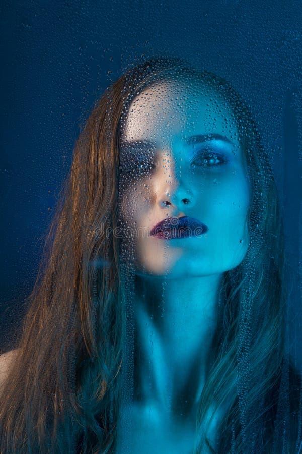 Πορτρέτο ύφους τέχνης στους μπλε τόνους ενός μόνου όμορφου λυπημένου προτύπου στοκ εικόνες με δικαίωμα ελεύθερης χρήσης
