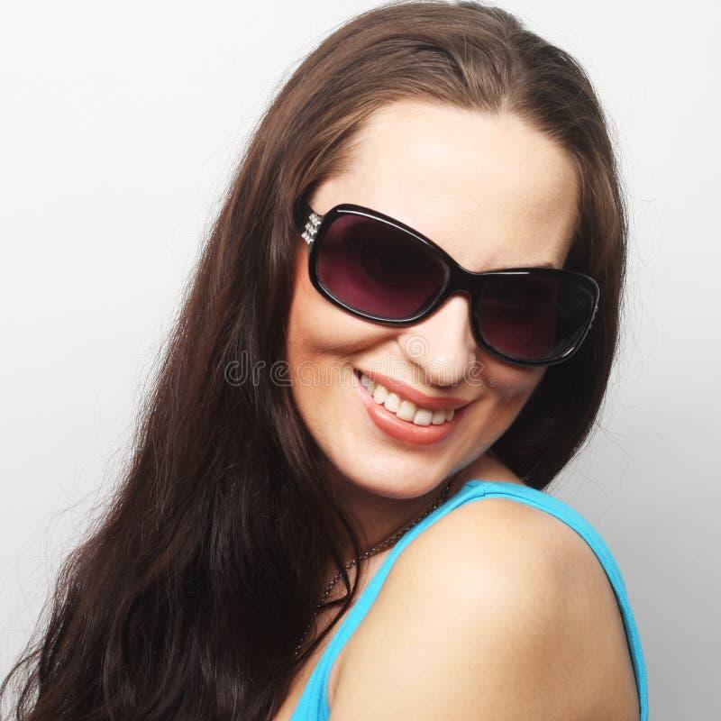 Πορτρέτο Brunette με τα γυαλιά ηλίου στοκ φωτογραφία με δικαίωμα ελεύθερης χρήσης