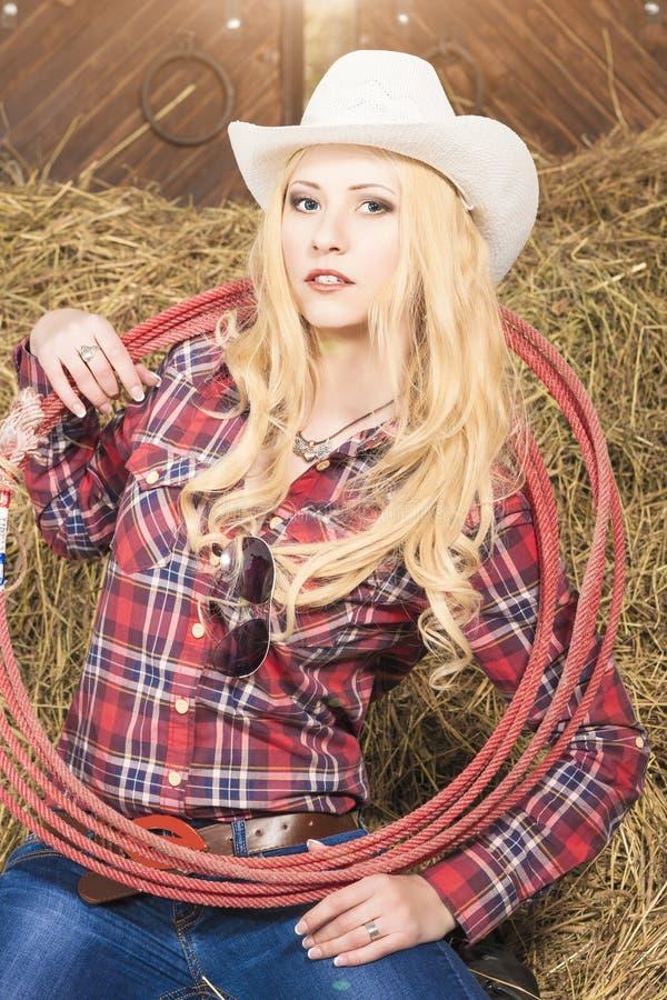 Πορτρέτο Cowgirl με το σχοινί λάσων σε Cattleshed στοκ εικόνες με δικαίωμα ελεύθερης χρήσης