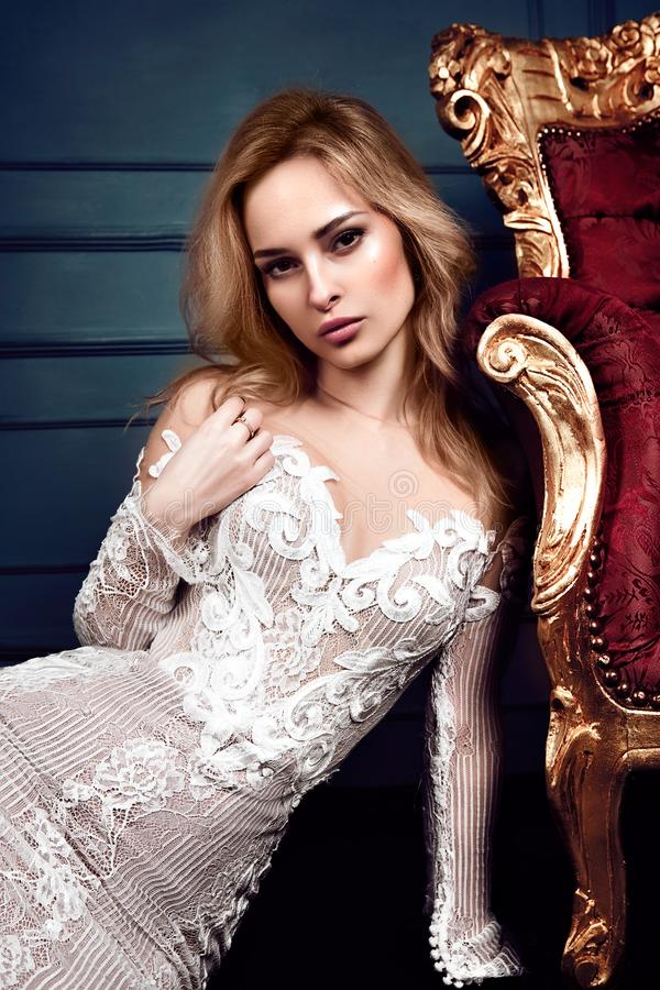 Πορτρέτο Glamor του όμορφου προκλητικού μοντέρνου ξανθού νέου προτύπου γυναικών στοκ εικόνα με δικαίωμα ελεύθερης χρήσης
