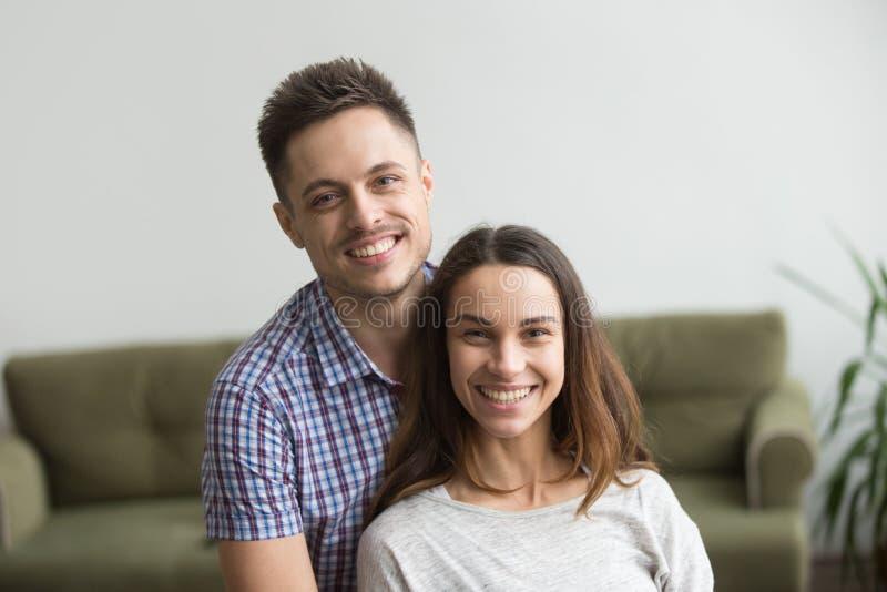 Πορτρέτο Headshot του χαμογελώντας ελκυστικού χιλιετούς ζεύγους lookin στοκ εικόνες με δικαίωμα ελεύθερης χρήσης