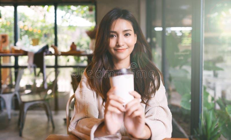 Πορτραίτο Ασιάτισσα που απολαμβάνει καφέ μια φορά σε καφετέρια στοκ εικόνες