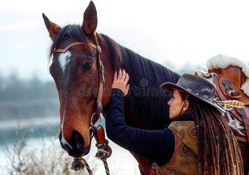 Πορτραίτο γυναικών και αλόγων σε εξωτερικό χώρο Γυναίκα που χαϊδεύει άλογο στοκ εικόνα