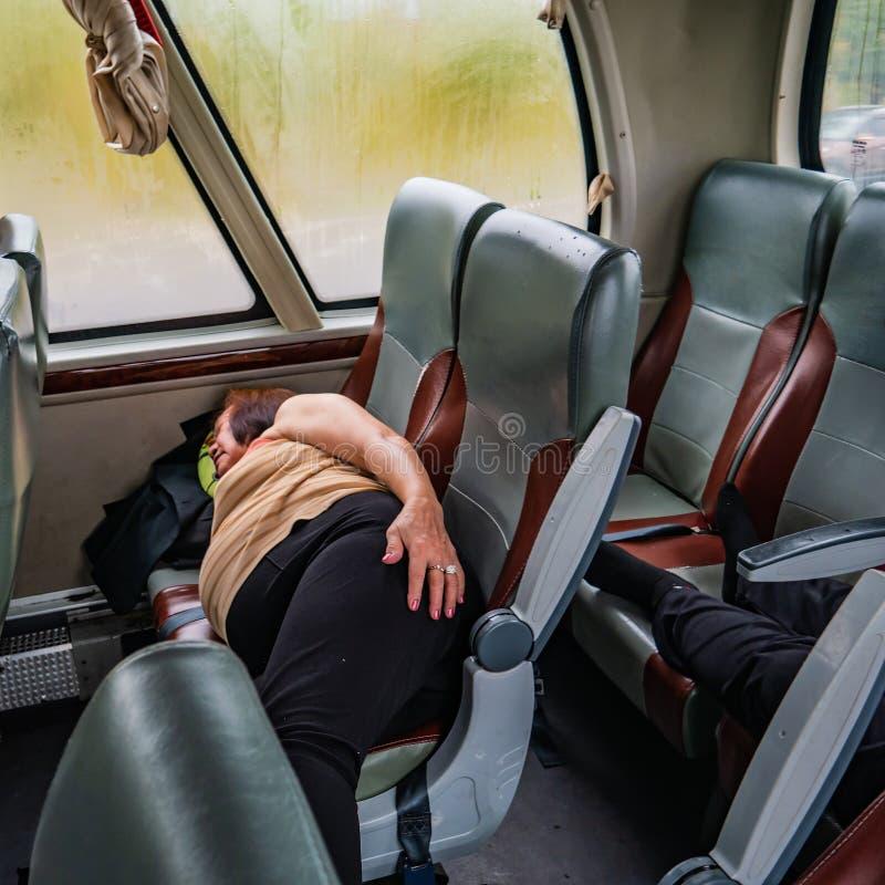 Πορτραίτο Φωτογραφία μιας γυναίκας στην Ασία Ύπνος στο λεωφορείο στοκ φωτογραφίες με δικαίωμα ελεύθερης χρήσης