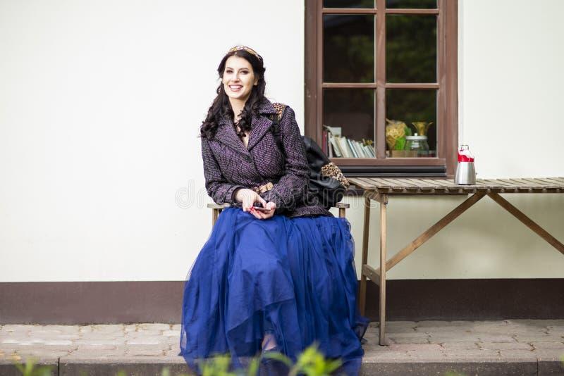 Πορτραίτο Χαμογελαστού Ευτυχισμένου Καυκάσου Κοριτσιού Με Diadem Με Κινητό Σε Εξωτερικό Χώρο στοκ εικόνες