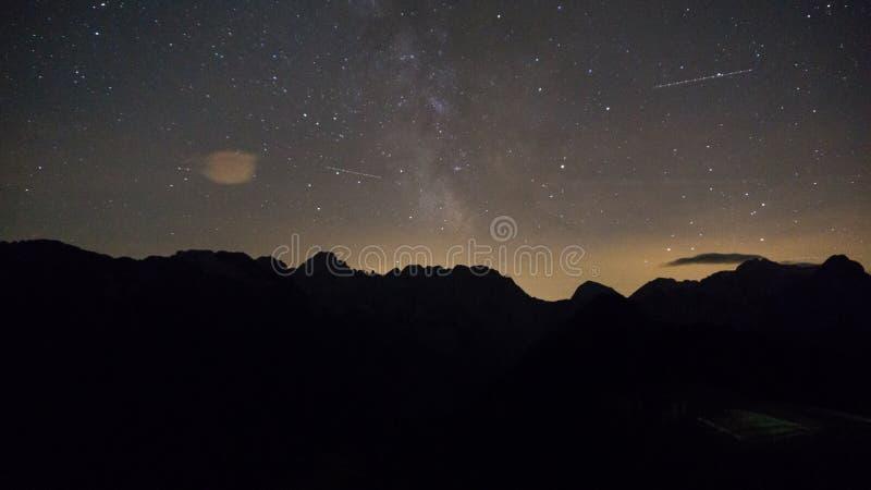 Πορφυρά αστέρια νυχτερινού ουρανού πέρα από το βουνό Γαλακτώδης γαλαξίας τρόπων στη θερινή έναστρη νύχτα στοκ φωτογραφία με δικαίωμα ελεύθερης χρήσης