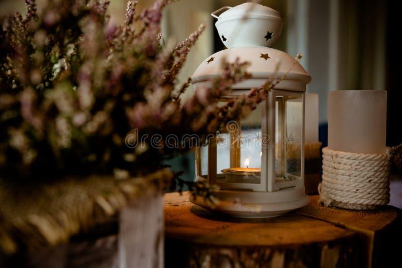 Πορφυρά ερείκη και φανάρια η ερείκη στο δοχείο, φθινόπωρο, άνετη ατμόσφαιρα, κερί στο φανάρι, τρύγος τόνισε την εικόνα κεριά μέσα στοκ εικόνα με δικαίωμα ελεύθερης χρήσης