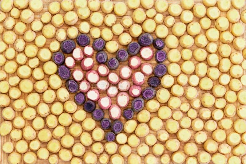 Πορφυρά κομμάτια καρότων με μορφή μιας καρδιάς στοκ φωτογραφίες με δικαίωμα ελεύθερης χρήσης
