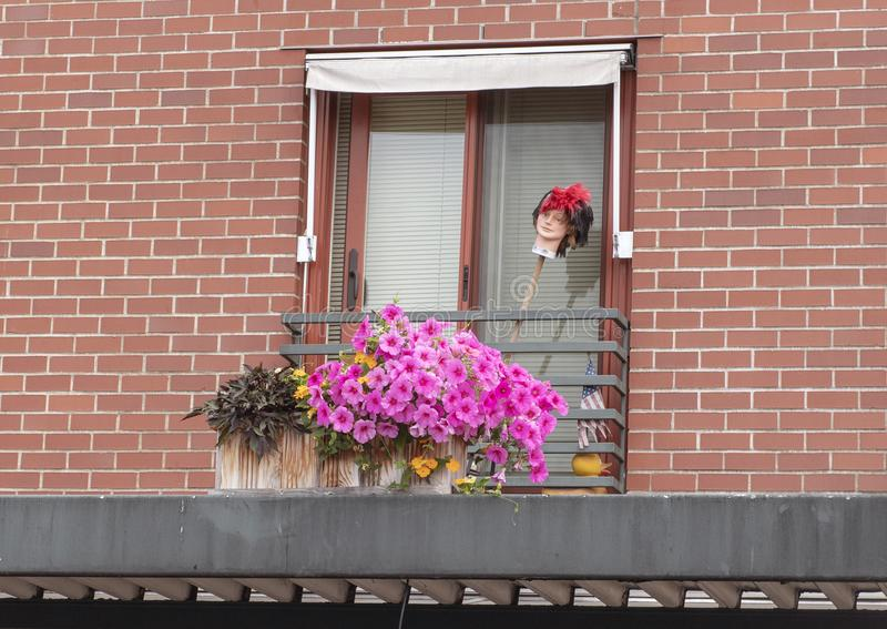Πορφυρά λουλούδια και ένα κεφάλι manequin σε ένα μπαλκόνι στην αγορά οδών λούτσων στοκ φωτογραφία με δικαίωμα ελεύθερης χρήσης