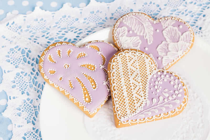 Πορφυρά μπισκότα μελοψωμάτων μορφής καρδιών στοκ εικόνα