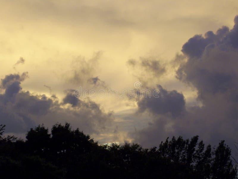 Πορφυρά σύννεφα, που εξισώνουν τον ουρανό στοκ εικόνες