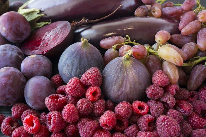 Πορφυρά τρόφιμα Φρέσκα σύκα, δαμάσκηνα, σμέουρα, τεύτλο, μελιτζάνα και σταφύλια στοκ φωτογραφία με δικαίωμα ελεύθερης χρήσης
