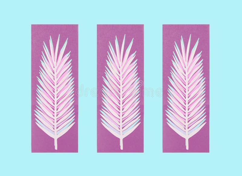 Πορφυρά φύλλα φοινικών εγγράφου στο μπλε υπόβαθρο Δημιουργικό σχεδιάγραμμα Καλοκαίρι στοκ εικόνα
