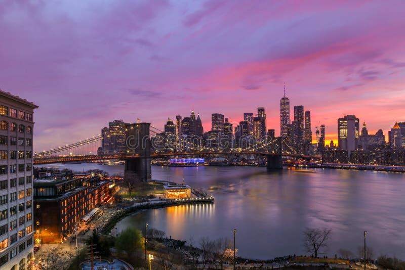 Πορφυρά χρώματα ηλιοβασιλέματος πόλεων της Νέας Υόρκης στοκ εικόνες
