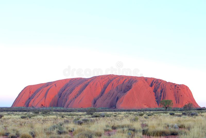 Πορφυρά χρώματα ηλιοβασιλέματος του βράχου Uluru Ayers, Αυστραλία στοκ εικόνες