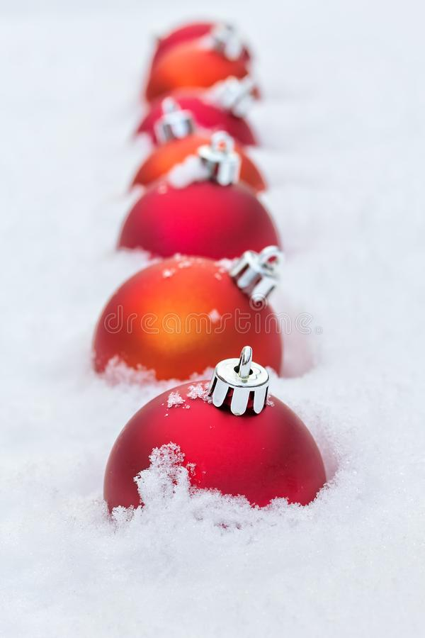 Πορφυρές σφαίρες Χριστουγέννων στο χιόνι στοκ εικόνες με δικαίωμα ελεύθερης χρήσης