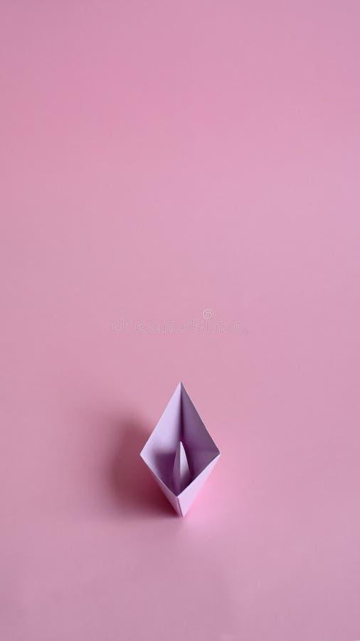 Πορφυρή βάρκα εγγράφου σε ένα ανοικτό ροζ υπόβαθρο στοκ φωτογραφίες με δικαίωμα ελεύθερης χρήσης