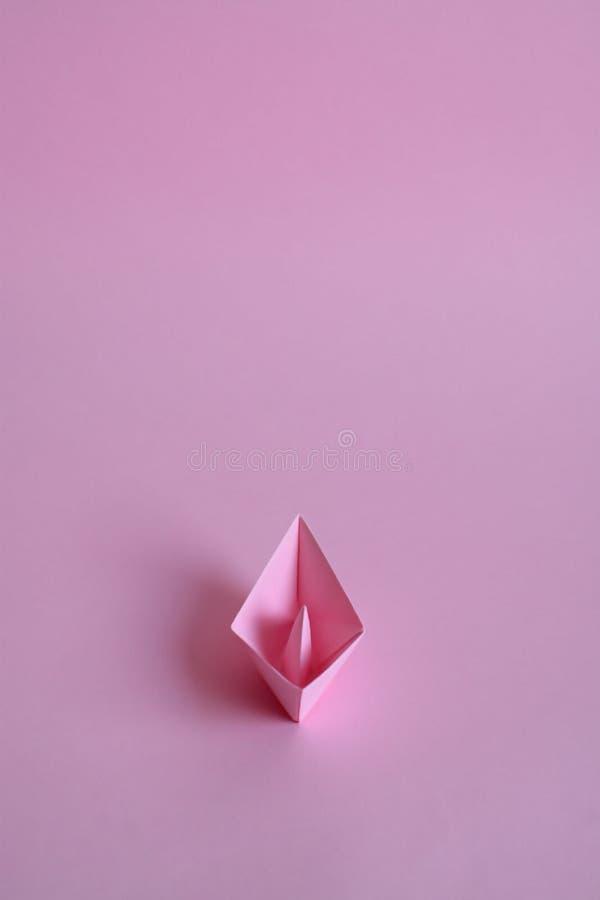 Πορφυρή βάρκα εγγράφου σε ένα ανοικτό ροζ υπόβαθρο στοκ φωτογραφία με δικαίωμα ελεύθερης χρήσης