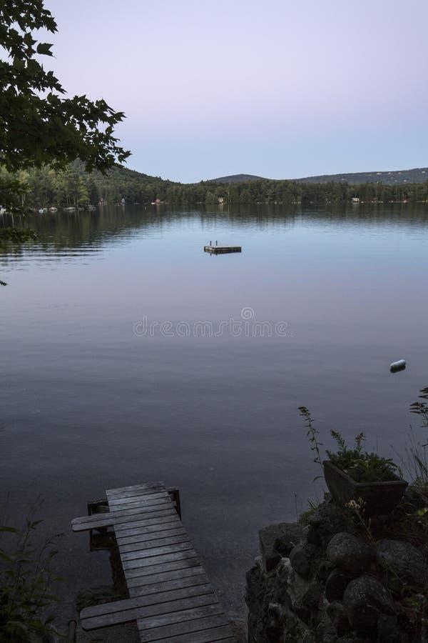 Πορφυρή μεταλαμπή στη λίμνη θέας βουνού, Sunapee, Νιού Χάμσαιρ στοκ φωτογραφία με δικαίωμα ελεύθερης χρήσης