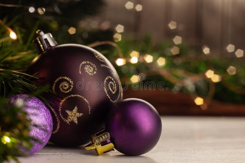 Πορφυρή σφαίρα παιχνιδιών Χριστουγέννων με ένα χρυσό σχέδιο στοκ φωτογραφία