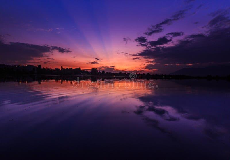 Πορφυρή ώρα κατά τη διάρκεια του ηλιοβασιλέματος στοκ φωτογραφίες