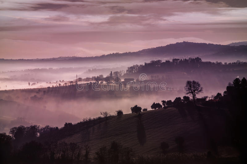 Πορφυροί misty λόφοι