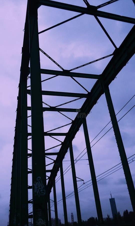 Πορφυρός ουρανός και μια γέφυρα στοκ φωτογραφίες