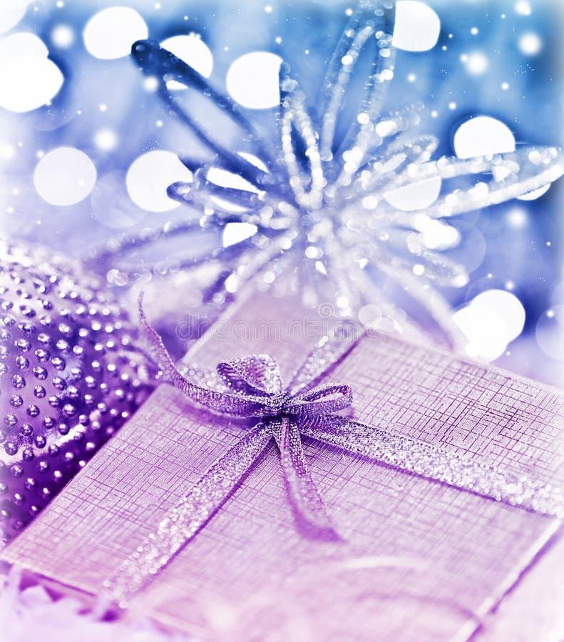 Πορφυρό μπλε δώρο Χριστουγέννων με τη διακόσμηση μπιχλιμπιδιών στοκ εικόνες