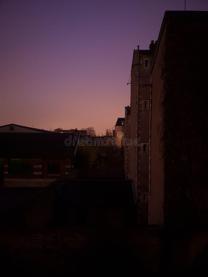 Πορφυρό μπλε ροζ ήλιων οικοδόμησης Ντιζόν Γαλλία ουρανού πρωινού στοκ φωτογραφία