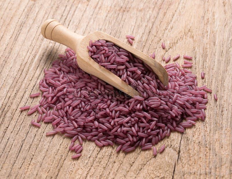 Πορφυρό ρύζι στο ξύλινο υπόβαθρο στοκ φωτογραφία