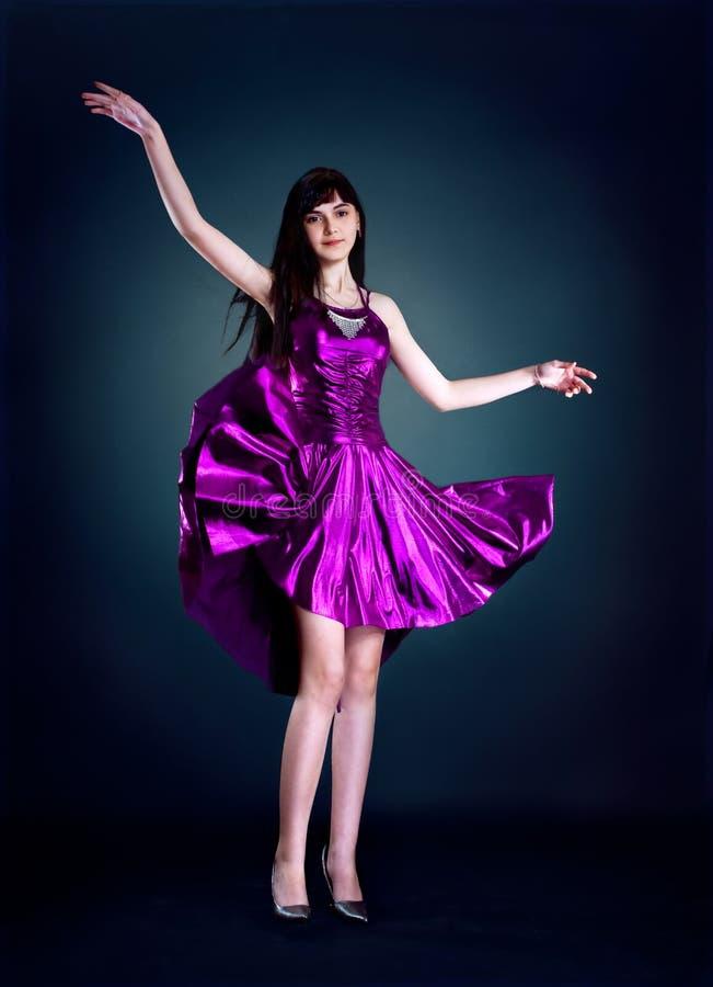 πορφύρα φορεμάτων ομορφιά&sig στοκ εικόνες με δικαίωμα ελεύθερης χρήσης
