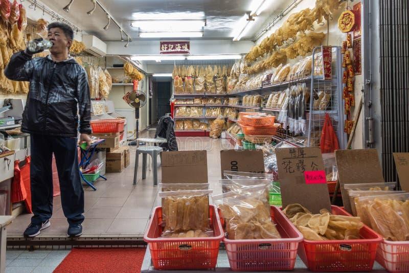 Ποτά ιδιοκτητών μαγαζιό στο ξηρό κατάστημα seafodd Tai Ο, Χονγκ Κονγκ Κίνα στοκ εικόνες