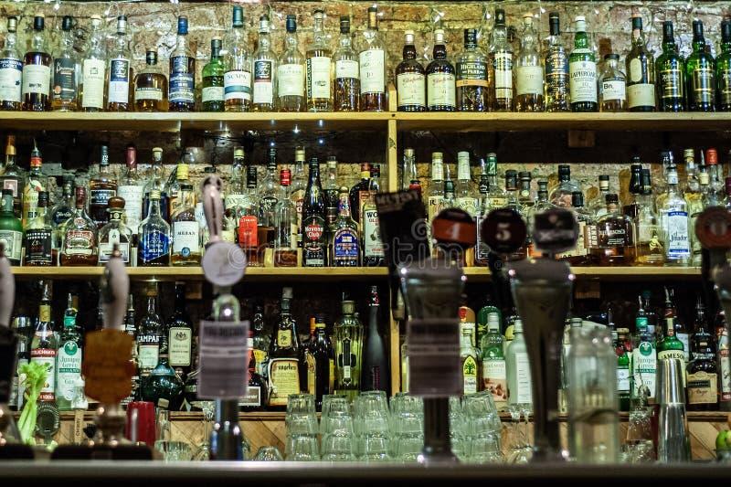 Ποτά και μπουκάλια πνευμάτων σε ένα μπαρ στοκ εικόνες με δικαίωμα ελεύθερης χρήσης