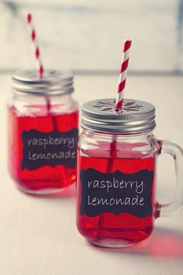 Ποτά κομμάτων λεμονάδας βάζων του Mason στοκ εικόνες