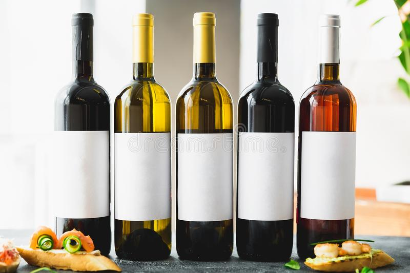 Ποτά κρασιού στα μπουκάλια Οινοπνευματώδη ποτά στο φραγμό στοκ φωτογραφία