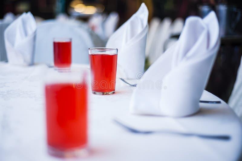 Ποτά στον κομψό να δειπνήσει πίνακα στοκ εικόνες
