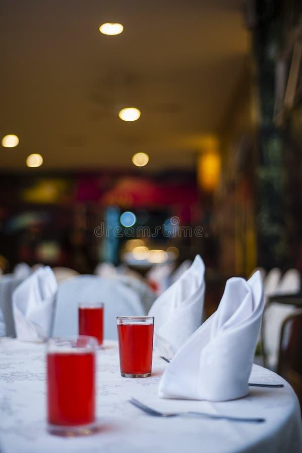 Ποτά στον κομψό να δειπνήσει πίνακα στοκ εικόνα