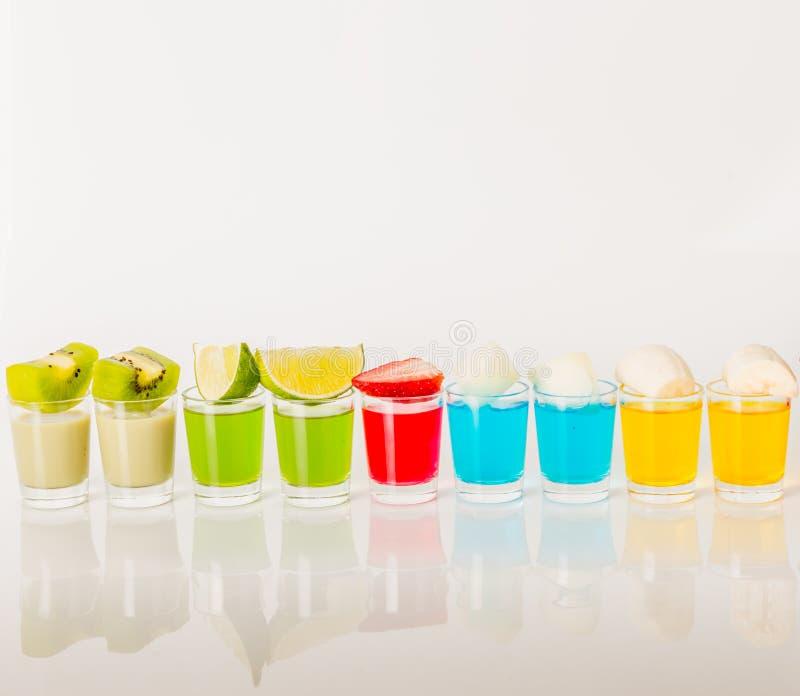 Ποτά χρώματος στο πυροβοληθε'ν γυαλί, μπλε, πράσινος, κόκκινος, κίτρινος και κρεμώδης στοκ εικόνες