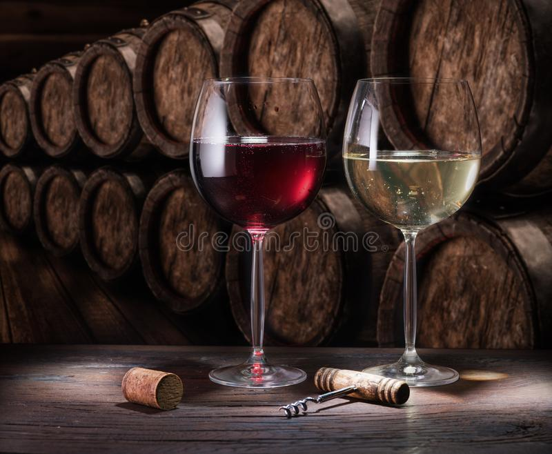 Ποτήρια κρασιού στο παλιό ξύλινο τραπέζι Οινοποίηση στο κελάρι του κρασιού στοκ φωτογραφίες
