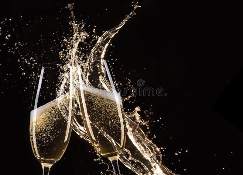 Download Ποτήρια της σαμπάνιας με τον παφλασμό Στοκ Εικόνες - εικόνα από εκμηδένισης, υγρό: 62704534