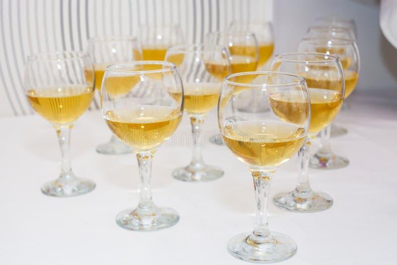 Ποτήρια του κρασιού στον πίνακα αλκοολών στοκ φωτογραφίες