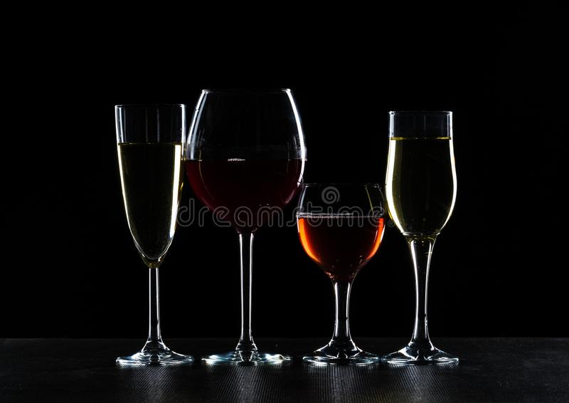 Ποτήρια του κρασιού στο σκοτάδι στοκ φωτογραφία με δικαίωμα ελεύθερης χρήσης