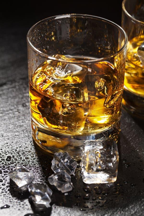 Ποτήρια του ουίσκυ με τον πάγο στοκ εικόνες