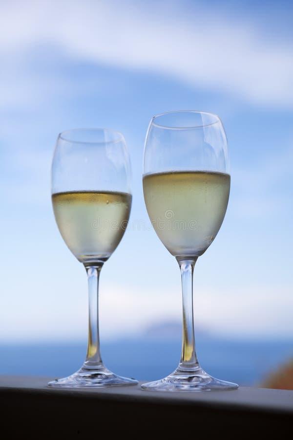 Ποτήρια του φρέσκου άσπρου κρασιού στοκ φωτογραφία