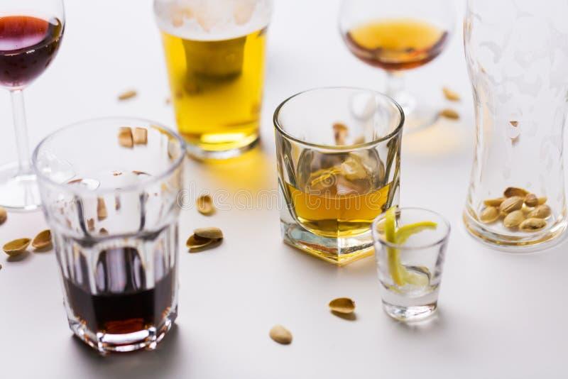 Ποτήρια των διαφορετικών ποτών οινοπνεύματος στον ακατάστατο πίνακα στοκ φωτογραφία με δικαίωμα ελεύθερης χρήσης